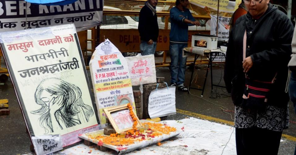 5.fev.2013 - Ativista passa por memorial em homenagem à vítima de estupro coletivo assassinada em dezembro passado, em Nova Déli, na Índia, nesta terça-feira (5)