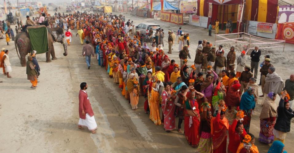 4.fev.2013 - Devotos do hinduísmo participam do festival Maha Kumbh Mela, em Allahabad, na Índia. Com duração de 55 dias, o principal festival do hinduísmo é celebrado a cada 12 anos. No evento, devotos se reúnem para se banhar no Sangam, local de encontro dos rios sagrados Ganges, Yamuna e Saraswati, para se purificarem