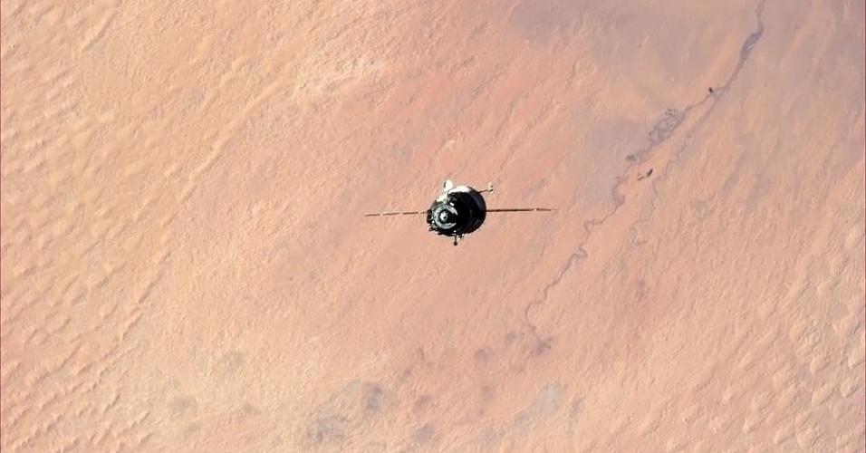 5.fev.2013 - Em dezembro de 2012, pouco depois de chegar à Estação Espacial Internacional (ISS, na sigla em inglês), o canadense Chris Hadfield publicou uma foto da nave Soyuz deixando para trás o Saara, deserto na África, à medida que subia em direção à plataforma orbital