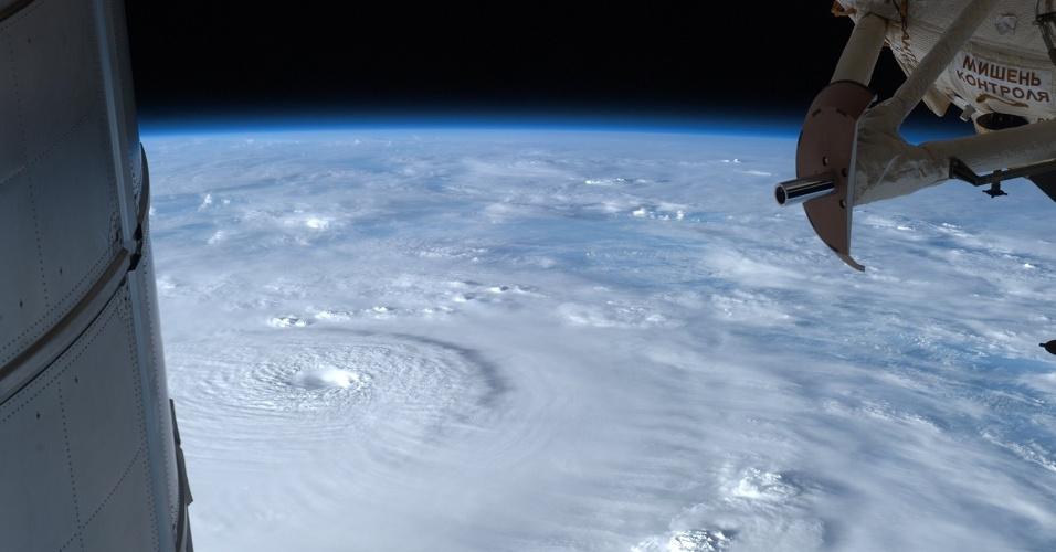 5.fev.2013 - Kevin Ford, comandante da Estação Espacial Internacional (ISS, na sigla em inglês), registrou os ventos do tufão Bopha perdendo força sobre as Filipinas. Partes da ISS são vistas na imagem, como o módulo de pesquisa (à direita) e o de multiuso (à esquerda)