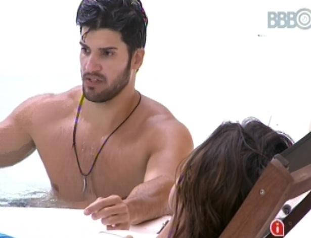 5.fev.2013 - Marcello e Kamilla conversaram no início desta tarde na beira da piscina