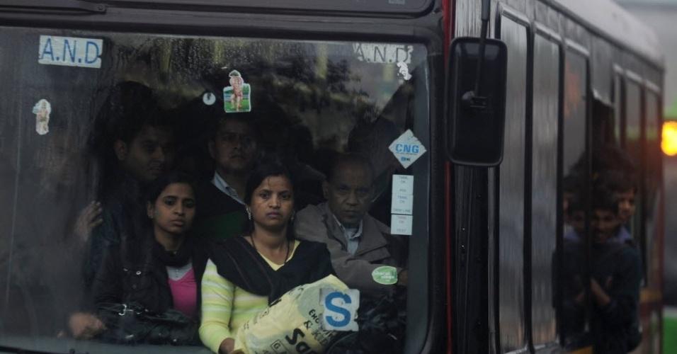 5.fev.2013 - Mulheres indianas viajar em um ônibus durante forte chuva em Nova Déli, nesta terça-feira (5). Nos ônibus lotados da cidade, onde o número de homens supera o de mulheres facilmente, o sentimento de hostilidade e medo é crescente desde o estupro de uma estudante de 23 anos, em um ônibus em movimento, em dezembro passado