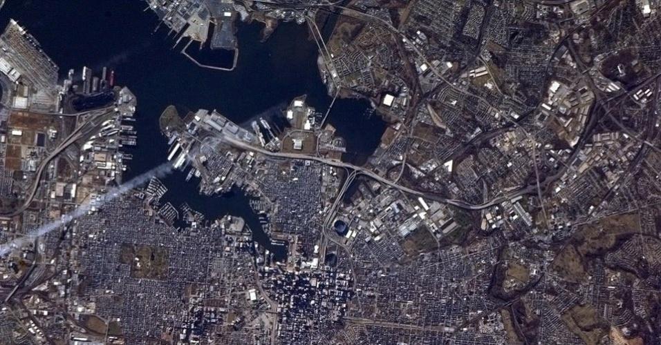 5.fev.2013 - Na final do Superbowl (3 de fevereiro), os astronautas da Estação Espacial Internacional (ISS, na sigla em inglês) mostraram as cidades dos times de futebol americano que disputaram o primeiro lugar. Acima, vista de Baltimore, em Maryland, casa dos campeões Ravens, feita por Kevin Ford, chefe da missão da ISS