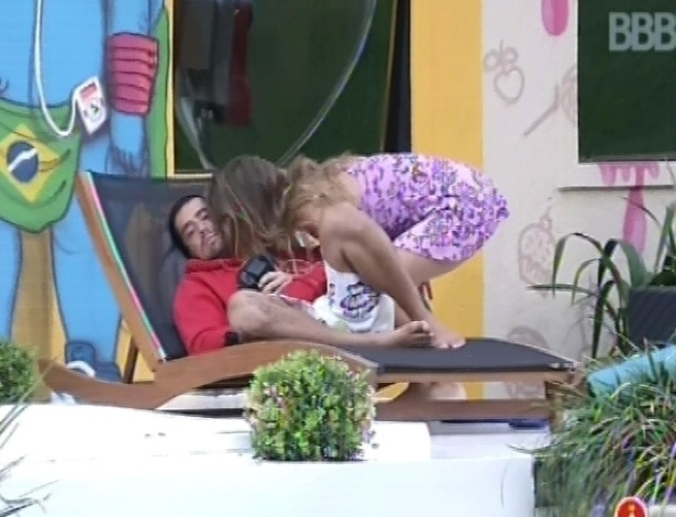 5.fev.2013 - Natália dá um beijo na bochecha de Yuri e o acorda