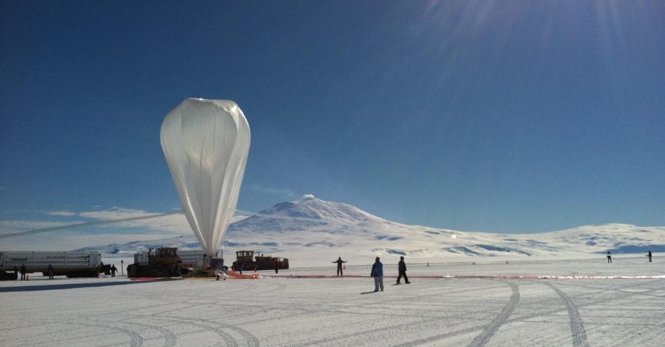 5.fev.2013 - O Super-Tiger, balão da Nasa (Agência Espacial Norte-Americana), bateu o recorde de voo mais longo do tipo e trouxe uma série de dados sobre raios cósmicos de alta energia que atingem a Terra de outros pontos da galáxia. O balão científico passou 55 dias, 1 hora e 34 minutos voando a uma altitude de 38.710 metros