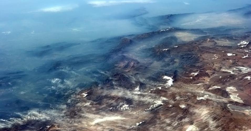 5.fev.2013 - Os azuis do nevoeiro e do oceano Pacífico borram a cordilheira dos Andes, no Chile. A imagem foi feita por Chris Hadfield, astronauta da Agência Espacial Canadense, em 5 de fevereiro