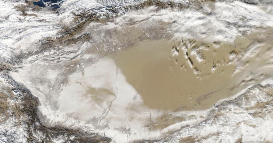 5.fev.2013 - Só estando no espaço para ver que o deserto Taklimakan, no oeste da China, começou 2013 coberto de neve, resultado de uma tempestade. A imagem de um dos locais mais quentes e arenosos da Terra foi feita pela sonda Aqua, da Nasa (Agência Espacial Norte-Americana) no dia 2 de janeiro