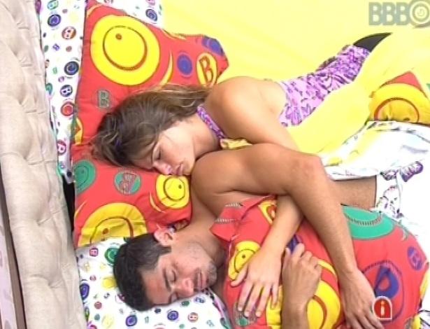 5.fev.2013 - Yuri e Natália dormem juntos nesta manhã