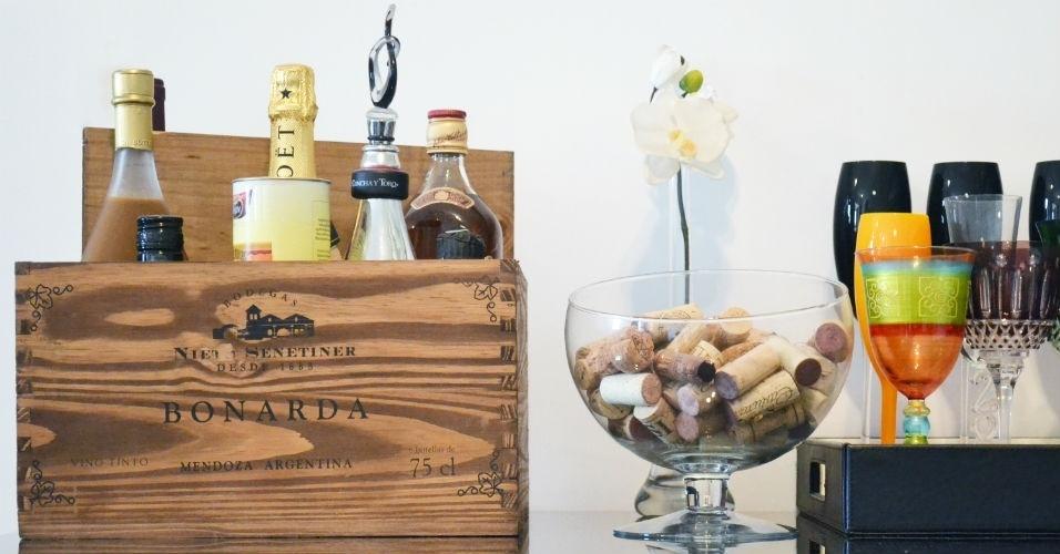 Uma caixa de vinho antiga, feita de madeira, foi a escolha da arquiteta Andrea Pontes para montar um bar improvisado. As rolhas também foram aproveitadas na decoração