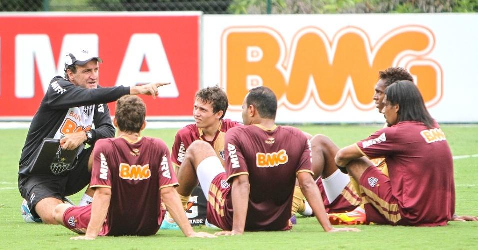 Cuca orienta jogadores durante treino do Atlético-MG na Cidade do Galo (5/2/2013)