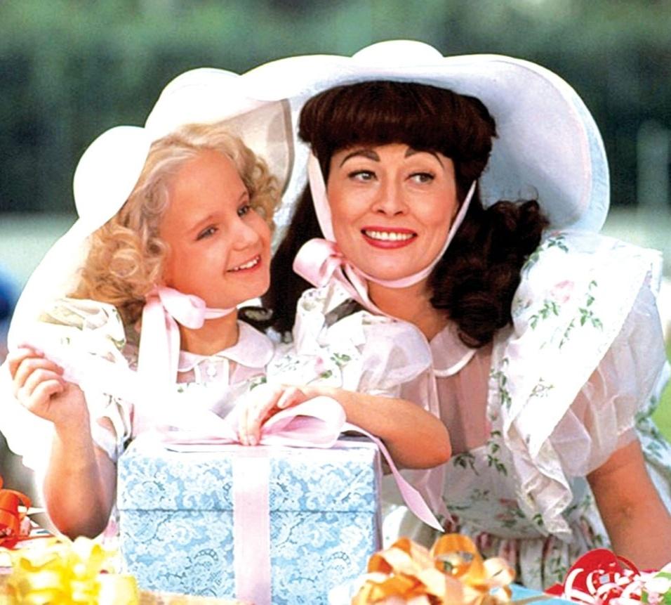 """""""Mamãezinha Querida"""" (1981), de Frank Perry: Dramalhão que adapta para o cinema a biografia de Christina Crawford, filha da atriz Joan Crawford, relatando as agressões cometidas pela mãe, ganhou cinco Framboesas de Ouro, inclusive para a atriz Faye Dunaway"""