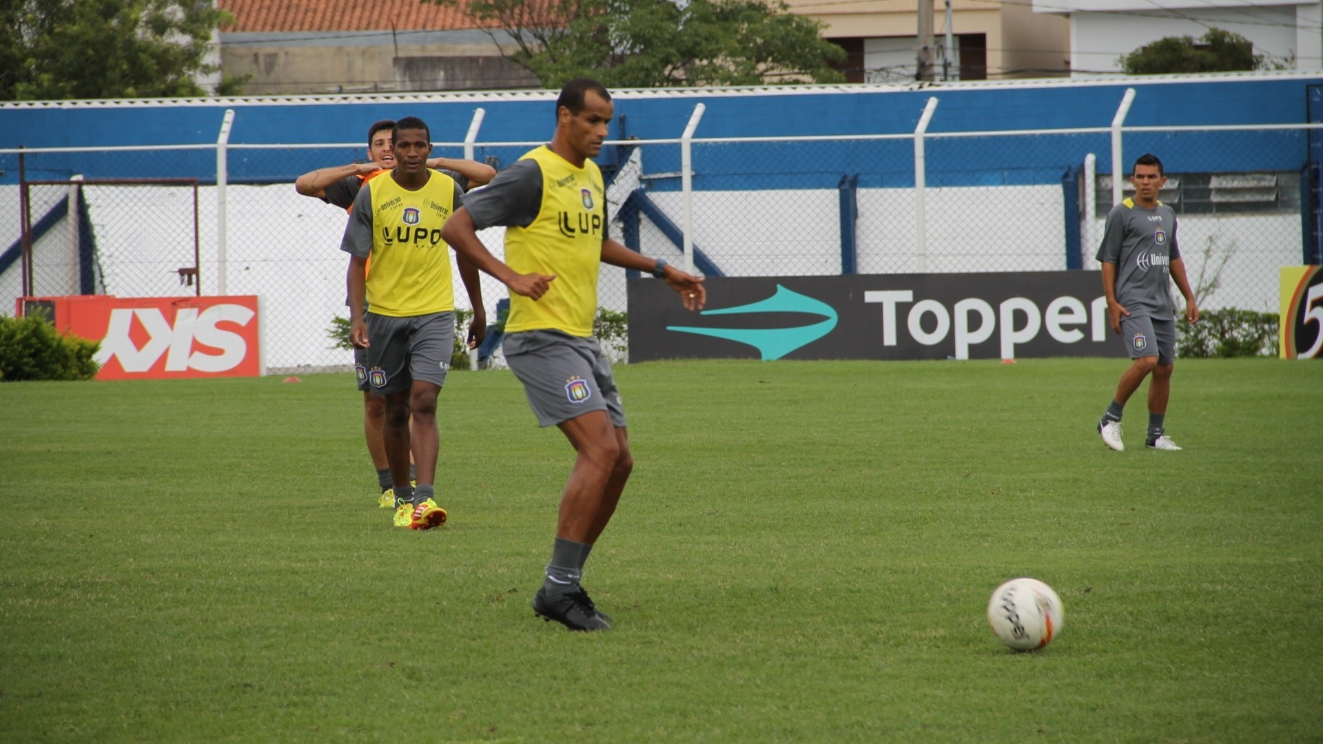 Meia Rivaldo participa de treino pelo São Caetano