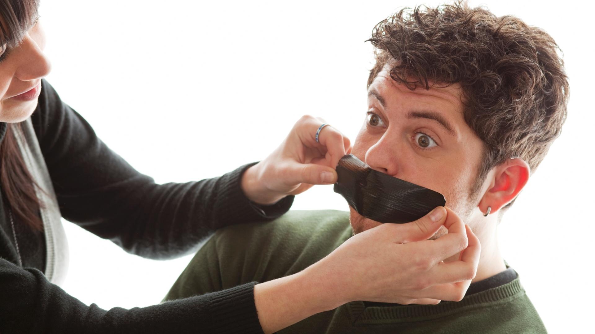 http://imguol.com/2013/02/05/mulher-cobre-a-boca-do-homem-mulher-fechando-a-boca-de-rapaz-com-fita-mau-halito-calar-a-boca-1360092775959_1920x1080.jpg