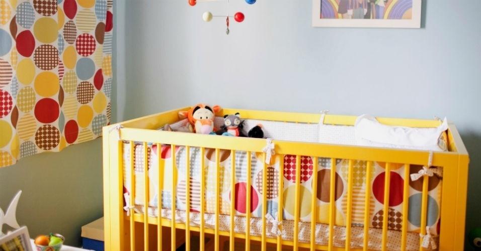 A cortina colorida foi feita com o mesmo tecido do jogo de cama que envolve o berço. Nesse caso, as cores vivas é que imprimem a atmosfera infantil ao quarto do bebê. O projeto é da empresa Tapa na Casa