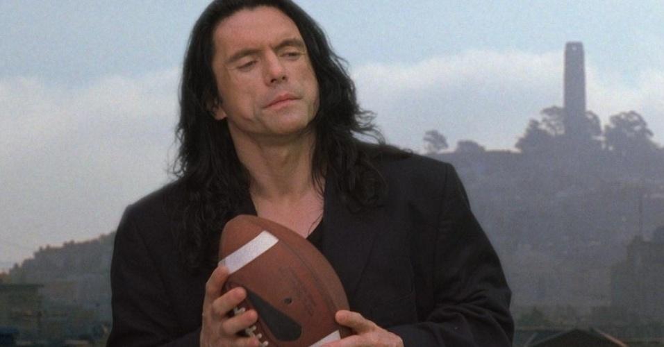 """""""The Room"""" (2003), de Tommy Wiseau: Dirigido, produzido, escrito e estrelado pelo desconhecido Tommy Wiseau, ganhou o apelido de """"Cidadão Kane dos filmes ruins"""". Foi exibido em poucos cinemas da Califórnia e saiu de cartaz. A má fama ajudou a transformá-lo em cult"""