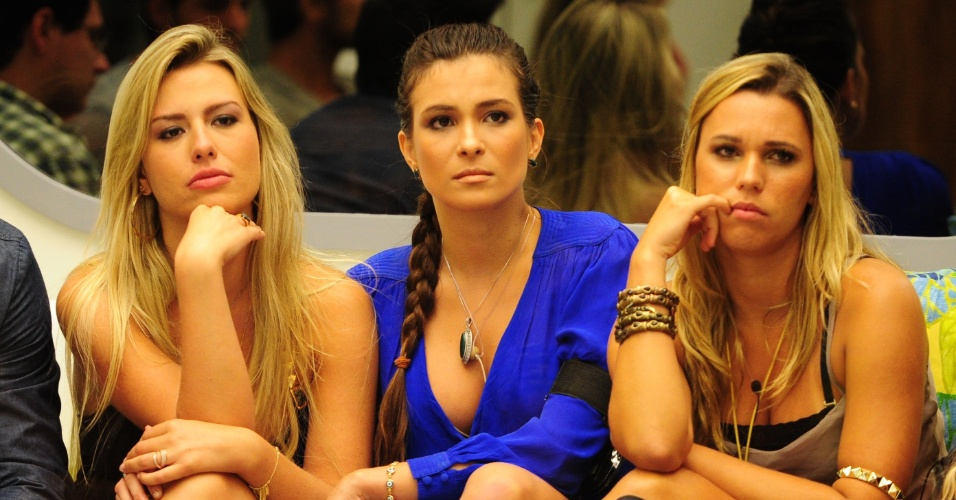 05.fev.2013 - Fernanda, Kamilla e Marien ouvem atentamente o discurso de Pedro Bial