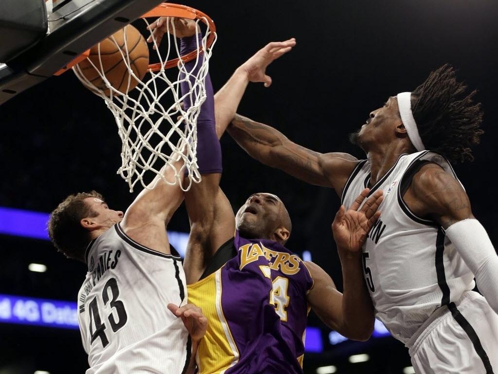 05.fev.2013 - Kobe Bryant deu linda enterrada na vitória dos Lakers sobre os Nets, cravando a bola entre Kris Humphries e Gerald Wallace