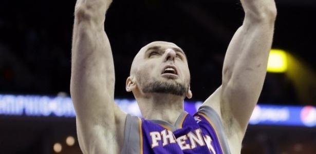 05.fev.2013 - O polonês Marcin Gortat crava a bola durante a surpreendente vitória do Phoenix Suns, fora de casa, sobre o Memphis Grizzlies