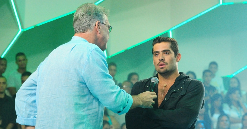 05.fev.2013 - Yuri encontrou Pedro Bial na saída