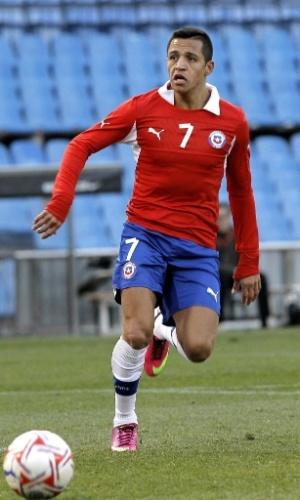 06.fev.2013 - Alexis Sánchez, atacante da seleção do Chile e do Barcelona, arma a jogada durante o amistoso contra o Egito, nesta quarta-feira, em Madri, na Espanha