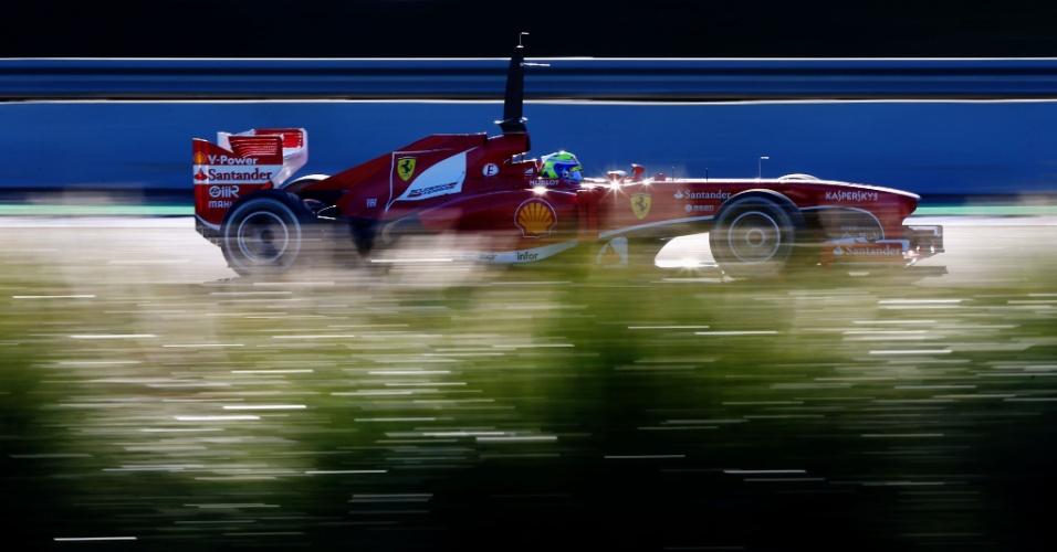 06.fev.2013 - Brasileiro Felipe Massa participa de segundo dia de testes coletivos em Jerez