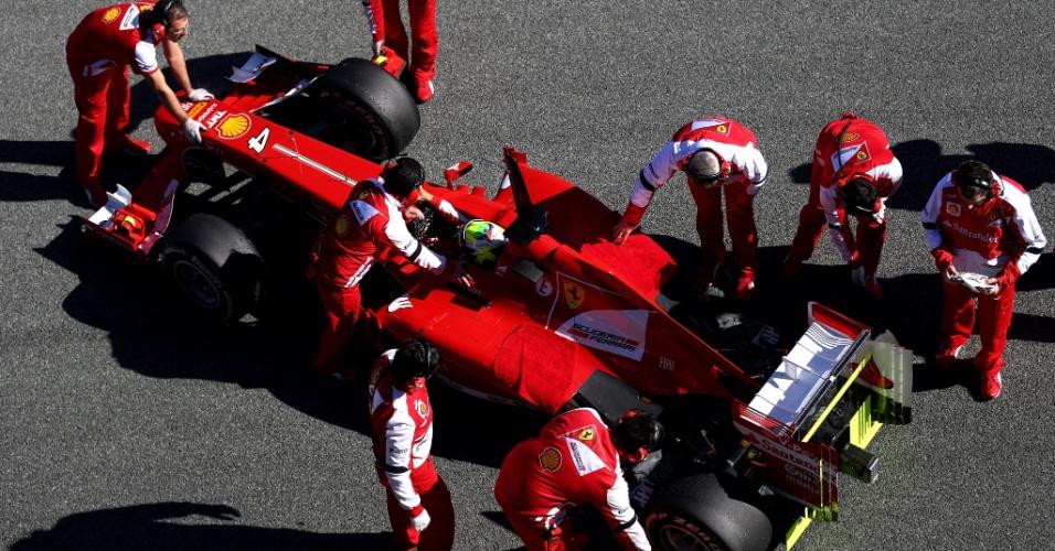 06.fev.2013 - Ferrari de Felipe Massa é recolhida para os boxes durante segundo dia de testes coletivos em Jerez