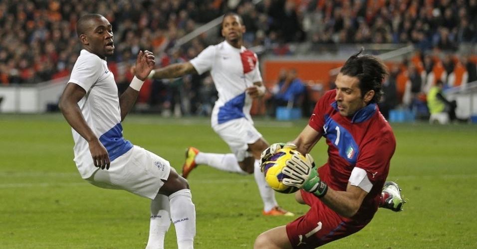 06.fev.2013 - Gianluigi Buffon (dir.), da Itália, faz a defesa durante amistoso contra a Holanda, em Amsterdã
