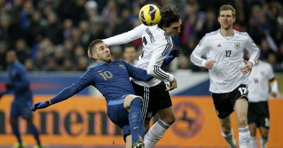 06.fev.2013 - Karim Benzema (esq.), atacante francês, disputa a bola com Mats Hummels, da Alemanha, durante amistoso internacional entre as seleções