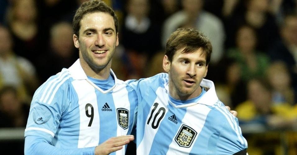 06.fev.2013 - Lionel Messi (dir.) parabeniza Gonzalo Higuaín pelo gol marcado no amistoso da Argentina contra a Suécia, em Estocolmo