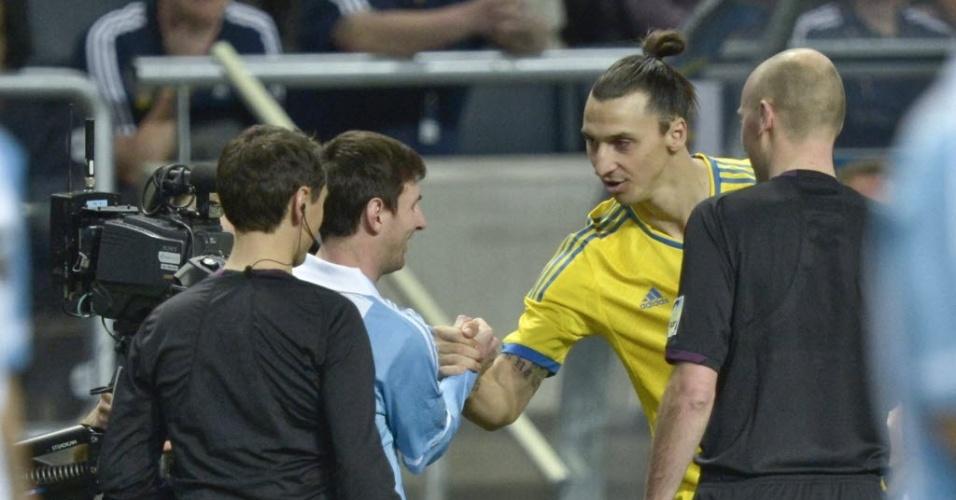 06.fev.2013 - Lionel Messi (esq.), da Argentina, cumprimenta Zlatan Ibrahimovic, da Suécia, antes do início do jogo amistoso
