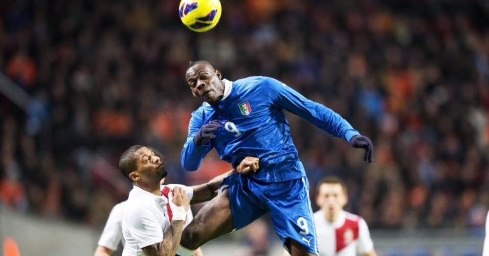 06.fev.2013 - Mario Balotelli (dir.), da Itália, tenta o cabeceio diante da marcação de Jeremian Lens, da Holanda, durante amistoso internacional entre as seleções