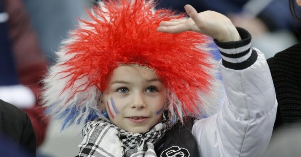 06.fev.2013 - Pequeno torcedor francês se diverte antes do amistoso entre a seleção de seu país e a Alemanha