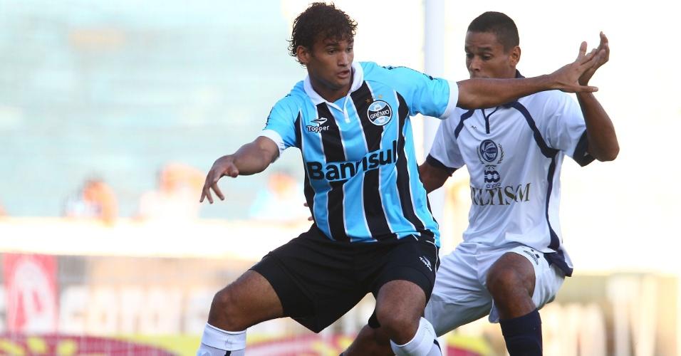 06.fev.2013 - Willian José disputa a bola em partida do Grêmio contra o São José, pelo Gauchão 2013