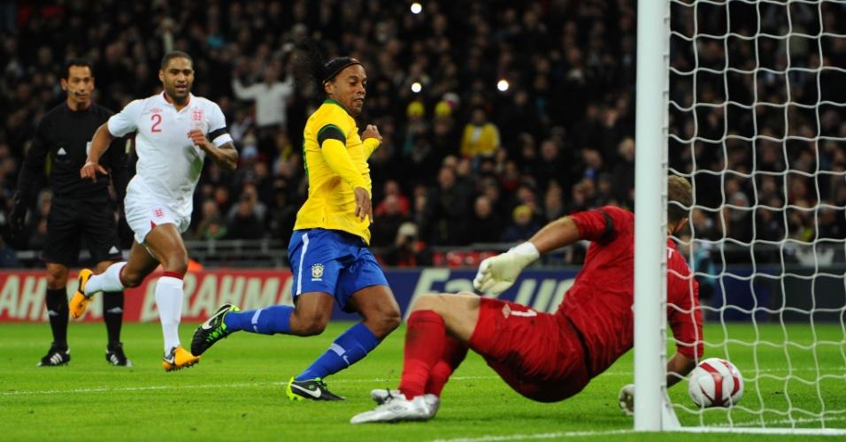 06.fev.2013- Goleiro Joe Hart defende rebote de pênalti perdido por Ronaldinho durante amistoso entre Brasil e Inglaterra