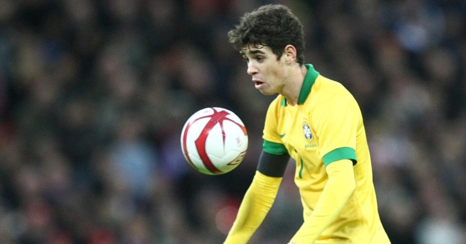 06.fev.2013- Oscar domina a boal no peito durante amistoso com a Inglaterra