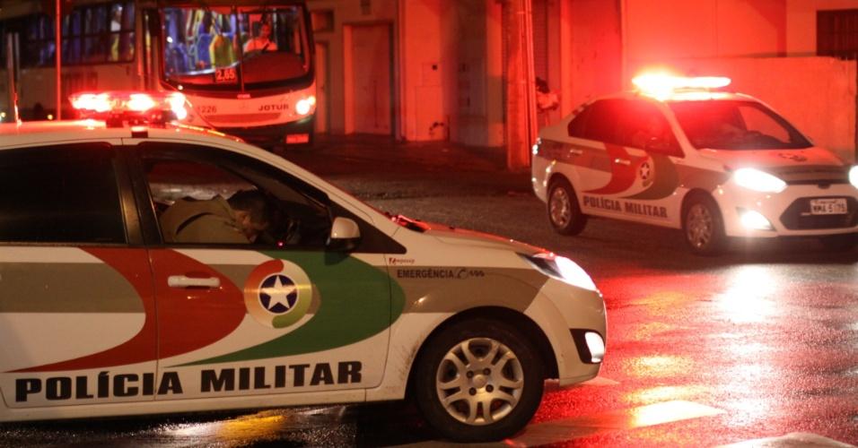 5.fev.2013 - Polícia Militar faz escolta de ônibus em Terminal da Palhoça (SC), na noite de quarta-feira (5). Em sete dias de atentando em Santa Catarina, a Polícia Militar registrou sessenta ataques em dezenove municípios. Pelo menos seis ocorrências foram registradas entre a noite de terça-feira e madrugada de quarta-feira. Veículos foram incendiados e uma residência foi atingida com artefato explosivo