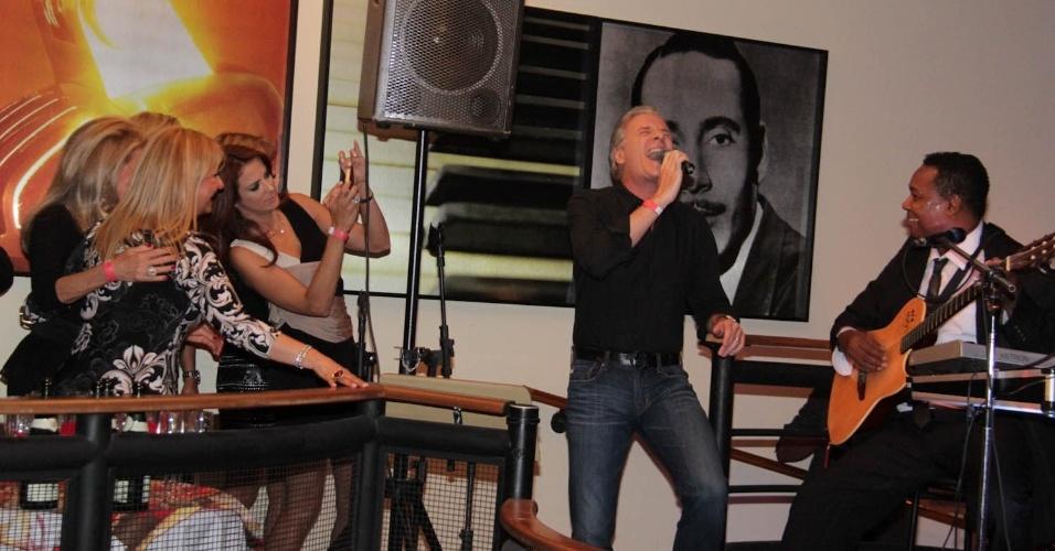 5.fev.2013 - Roberto Justus canta na festa de aniversário da ex-mulher, Sasha Crysman, em São Paulo