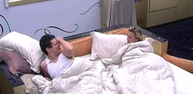 6.fev.2013 - Ivan e Marien são acordados no quarto do líder pelo toque de despertar
