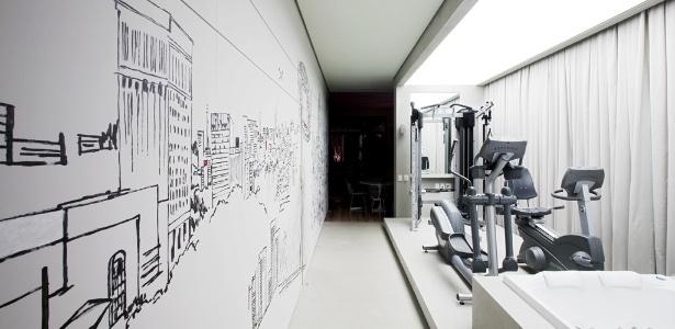 Na proposta do escritório Rocco Vidal + PW, uma caixa de madeira cimentada abriga o spa/academia