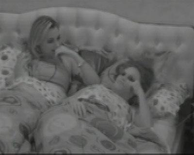 Natália e Marien conversam com eliéser sobre sexo no quarto Brechó