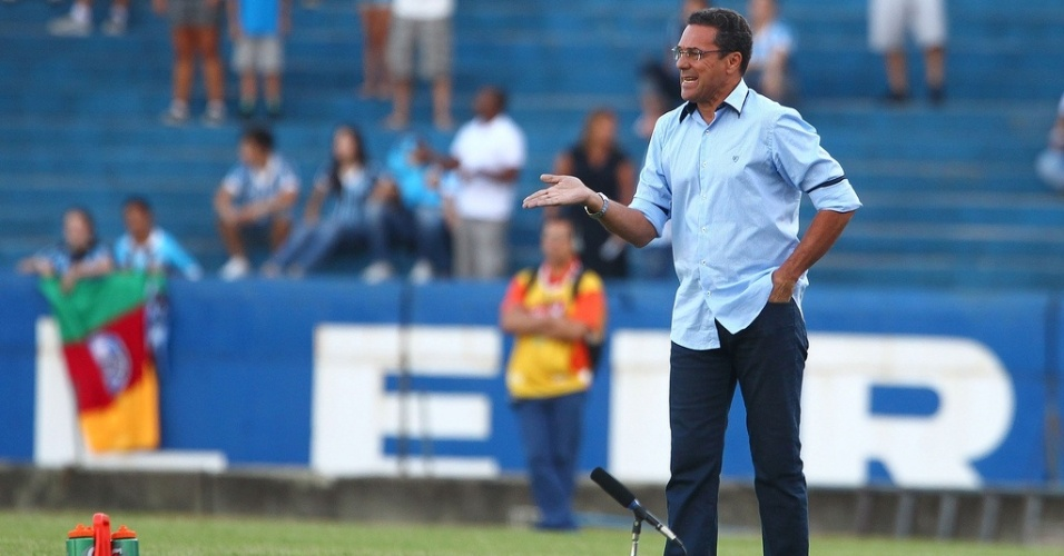Tcnico Vanderlei Luxemburgo comanda o Grmio contra o So Jos-RS pelo primeiro turno do Gaucho no estdio Olmpico (06/02/2013)