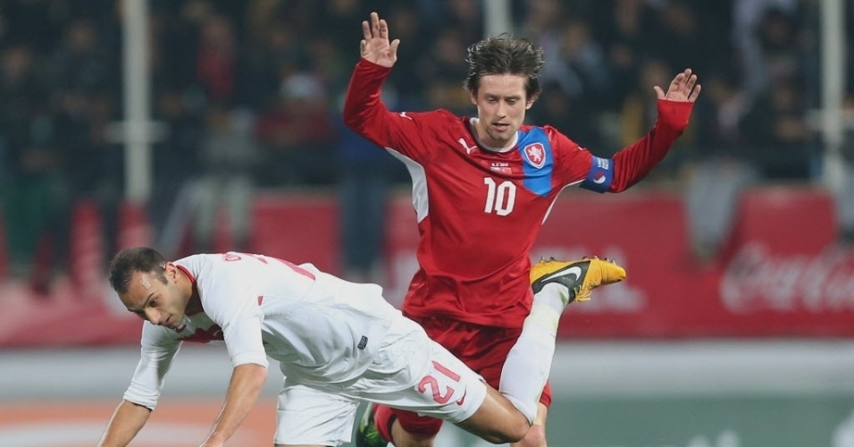 Tomas Rosicky, da República Tcheca, disputa a bola com Omer Toprak, da Turquia, em amistoso