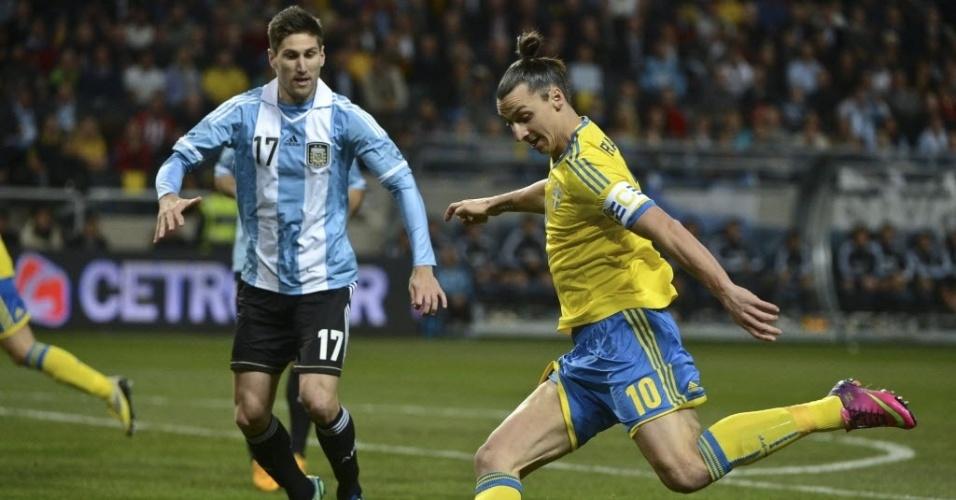 Zlatan ILbrahimovic (dir.), da Suécia, tenta a jogada diante da marcação de Federico Fernandéz, da Argentina, durante amistoso internacional