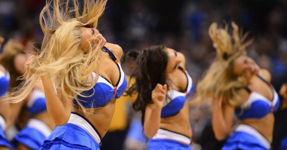 06.fev.2013 - Cheerleaders do Oklahoma City Thunder dançam durante partida da equipe contra o Golden State Warriors