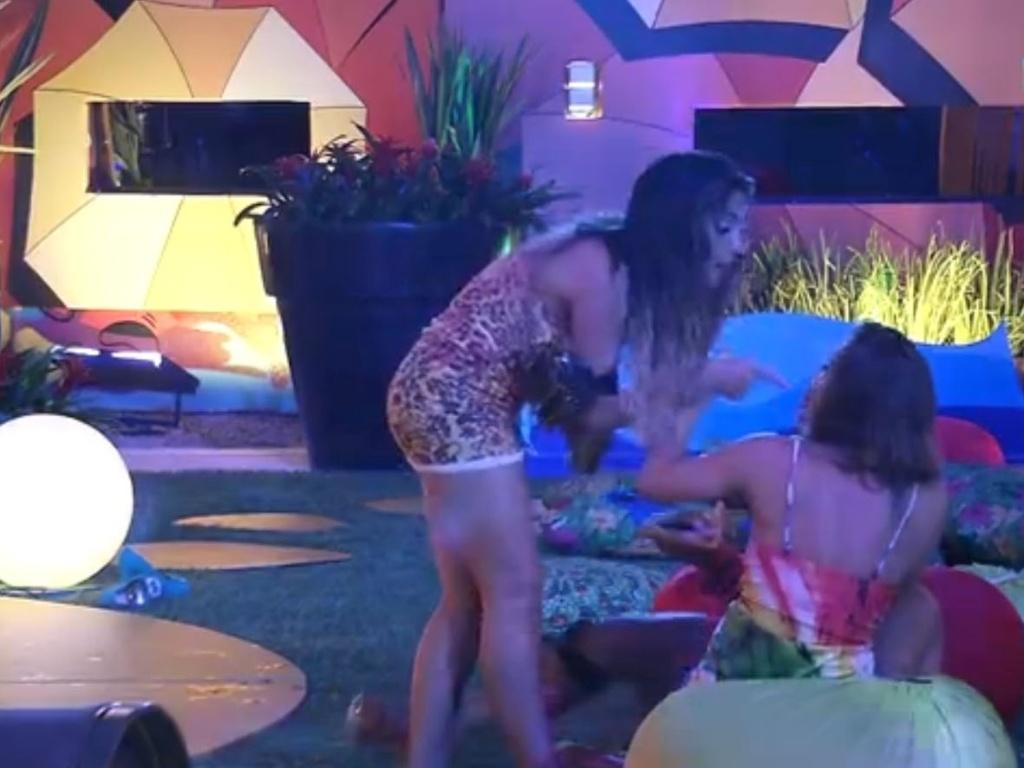 07.fev.2013 - Anamara se irrita com Natália durante a festa