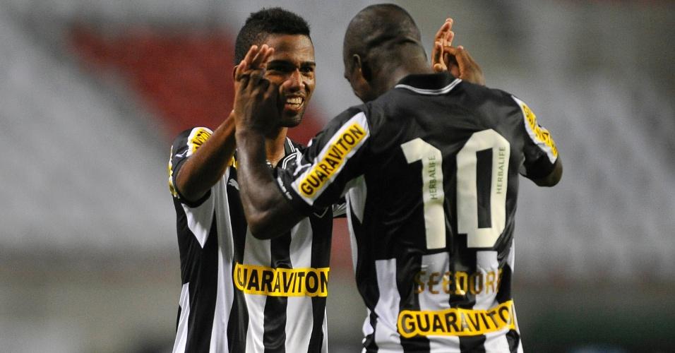 07.fev.2013 - Cidinho e Seedorf comemoram gol na partida entre Botafogo e Resende no Campeonato Carioca