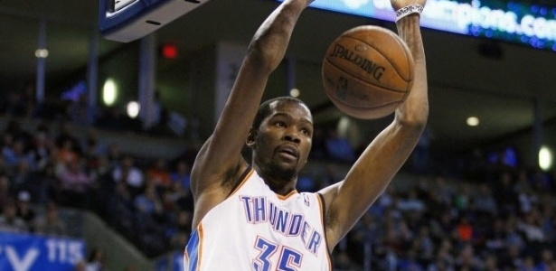 07.fev.2013 - Kevin Durant enterra bola no duelo entre Oklahoma City Thunder e Golden State Warriors
