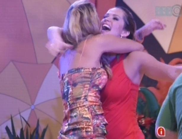 07.fev.2013 - Marien e Fani se abraçam durante a festa