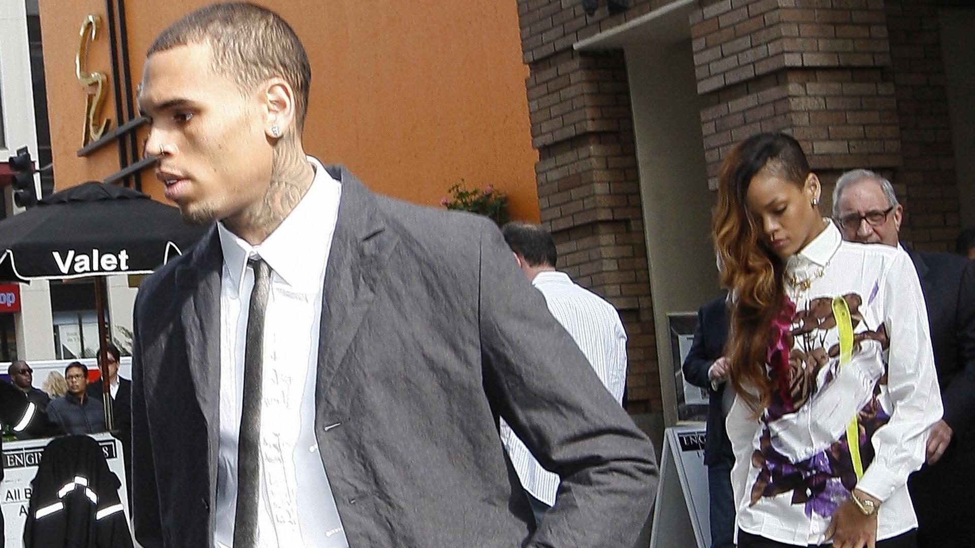 6.fev.2013 - Rihanna acompanha o namorado Chris Brown em audiência por agressão que a cantora sofreu do rapper em 2009