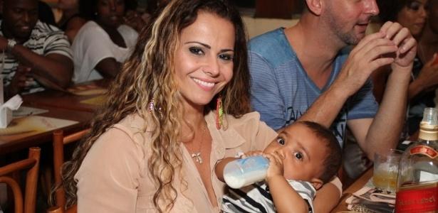 6.fev.2013 - Viviane Araújo posa com bebê na festa de aniversário de Gustavo Barthollo no Bar Bossa Nossa, na Barra da Tijuca, Rio de Janeiro